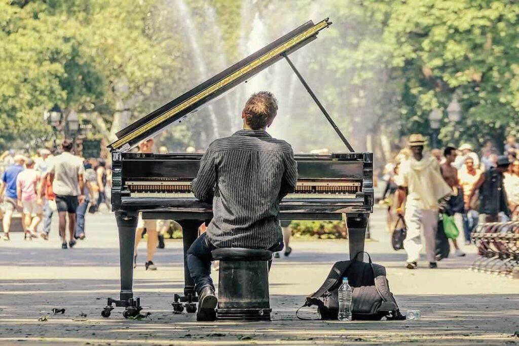 piano hombre tocando